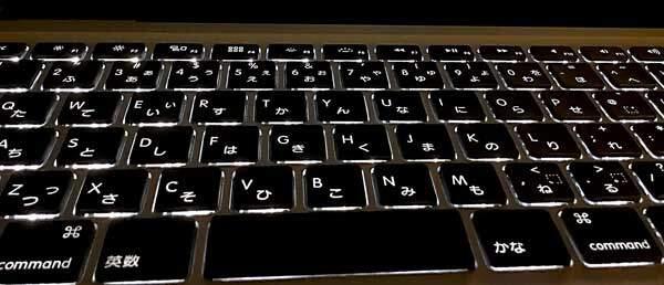 キーボードバックライトがあれば、ゼミやプレゼン中のプロジェクター投影時の暗さでもキーフェイスが見える。